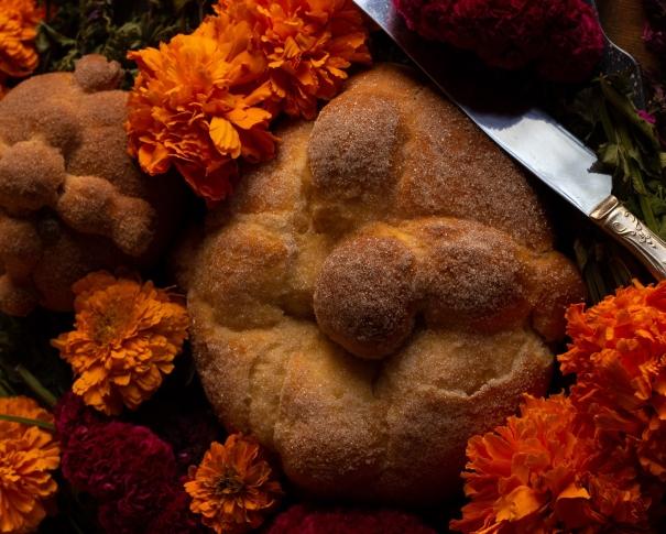 Pan de muerto mexicano con flores de cempasuchil